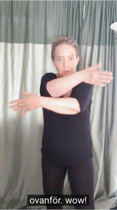 Lisel Humla visar vattengympa-rörelser