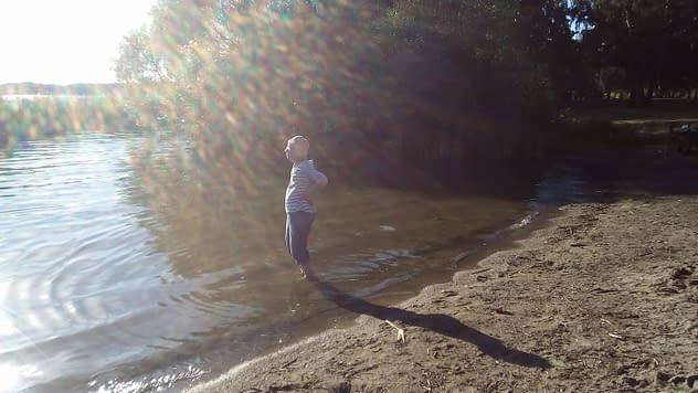 Vada i vatten så välgörande och en förklaring till människans upprätta gång. Min mamma Sigbrit Eriksson njuter i Vårbybadet. Fotograf Lisel Humla Sjöstedt