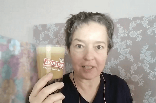 Lisel Humla Sjöstedt dricker sitt proteinfaste-kaffe